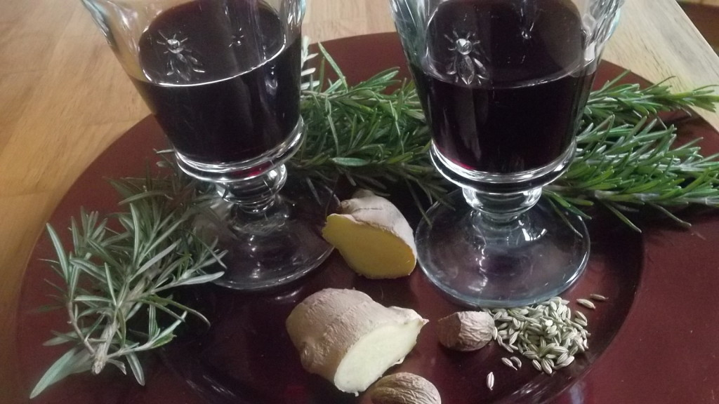Le vin chaud pour chasser la tristesse et qui peut servir en cas de problèmes ORL : en rajoutant dans son vin en cours de cuisson : 4 pincées de noix de muscade râpée, 10 g de camomille allemande, 10 g de semences de fenouil, 4 rondelles de gingembre et 10 g de romarin. On peut rajouter encore, selon les gouts  2 cuillerées de miel.